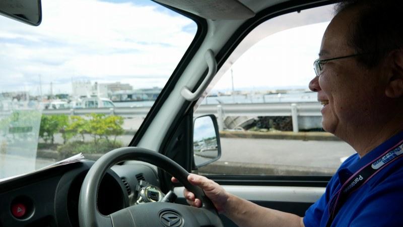 車の運転をするスタッフ